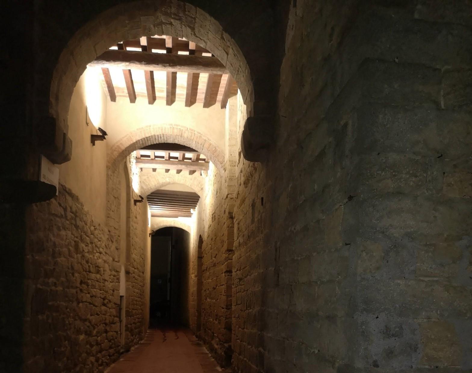 un vicolo coperto chiamato Passo del Gualduccio, vicino alla Pinacoteca di Volterra