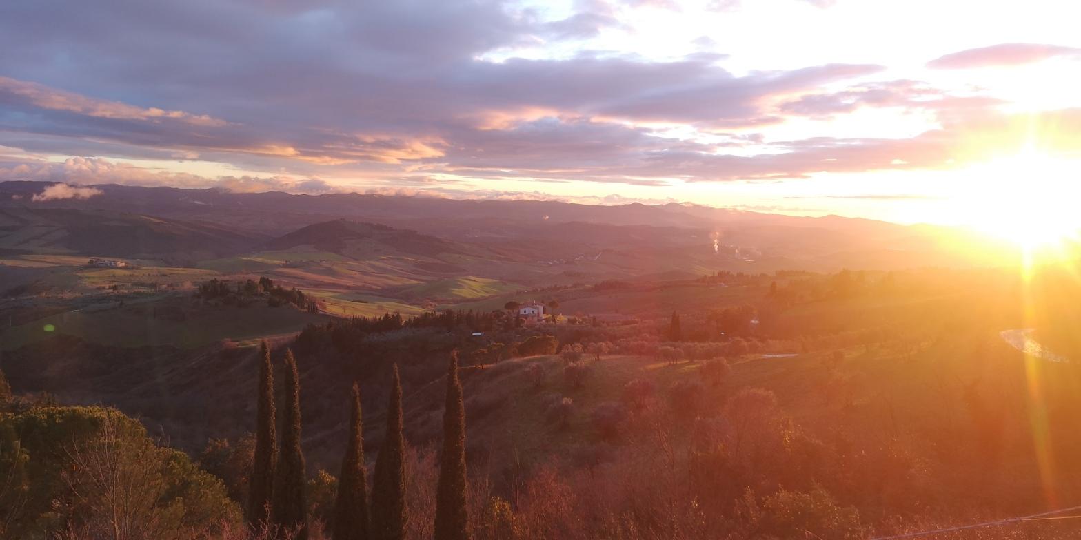 campagna toscana vicino a Volterra al tramonto