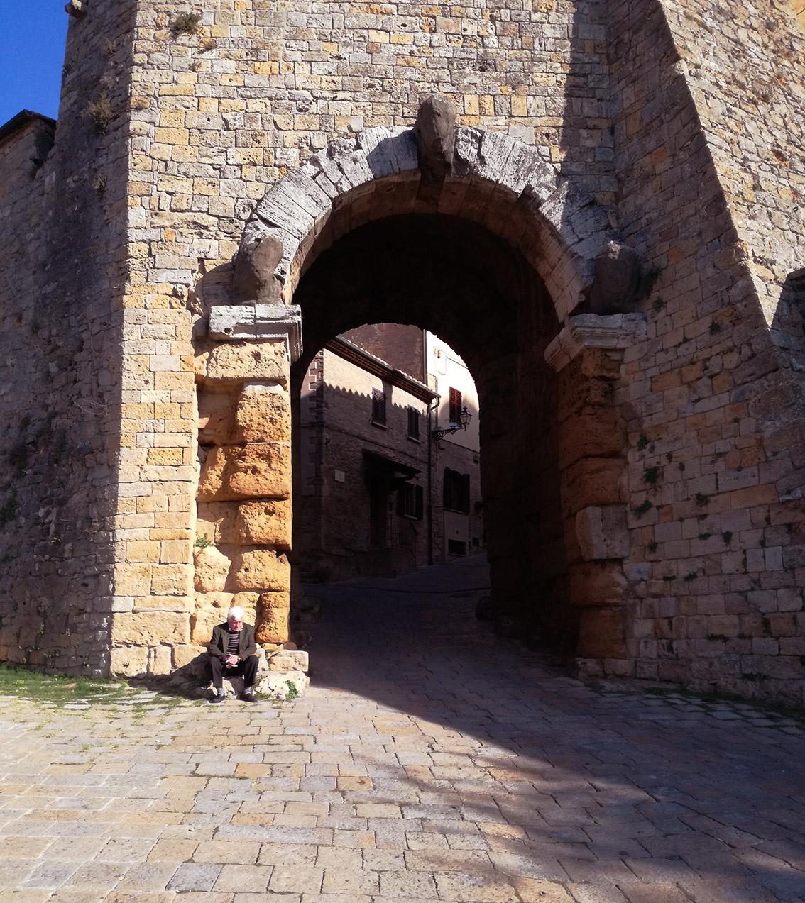 la porta etrusca Porta all'Arco con 3 teste