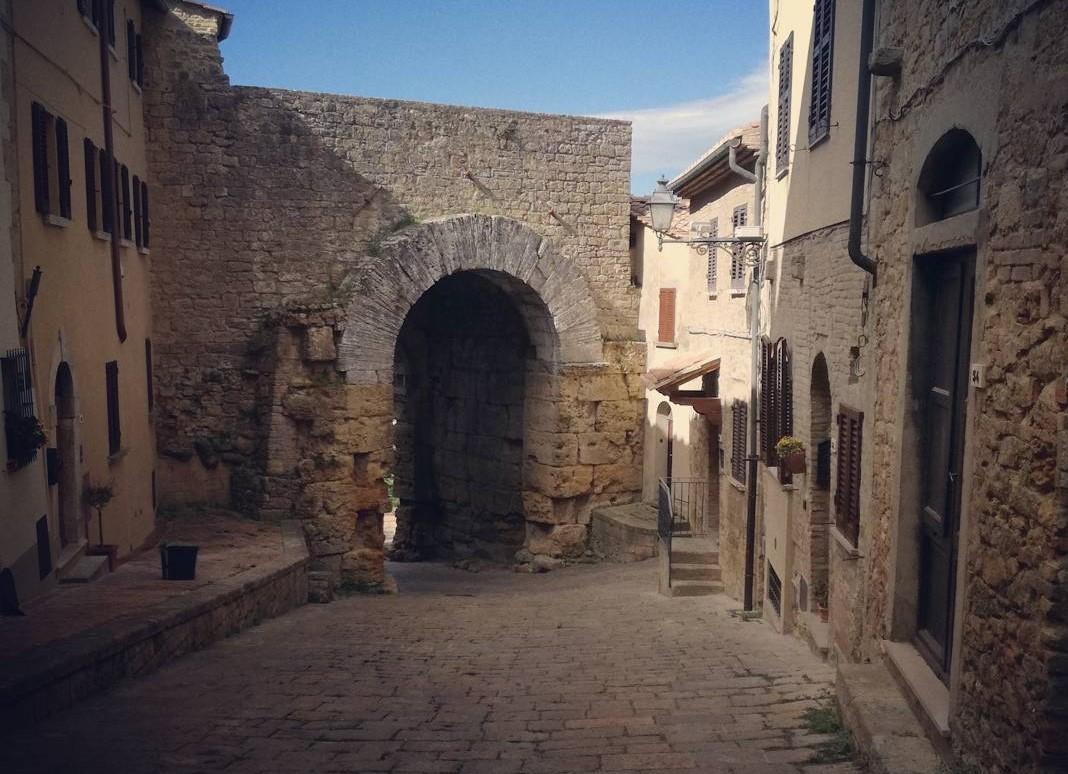Porta all'Arco - la famosa porta etrusca di Volterra inserita nelle mura medievali